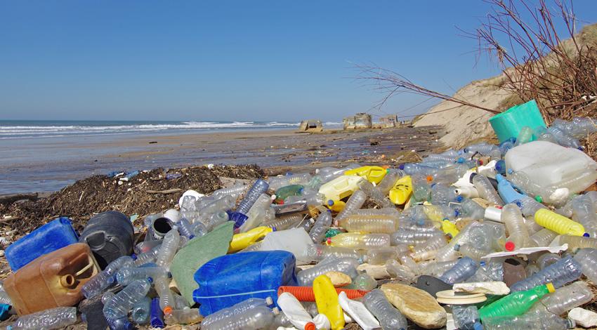 La llegada de basura plástica en playas es un resultado del manejo inadecuado de residuos en tierre